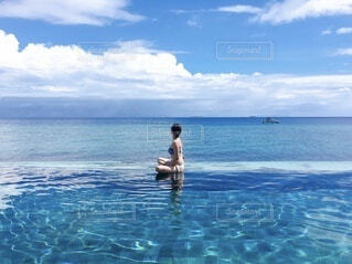 海とインフィニティプールと女性の写真・画像素材[4151554]
