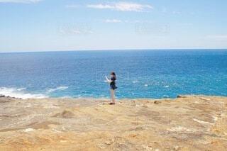 水平線と女性の写真・画像素材[4151553]