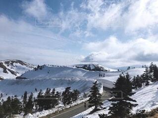 雪山と道路の写真・画像素材[4151651]