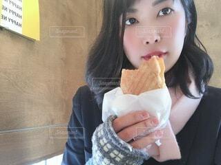 パンを食べる女性の写真・画像素材[4054607]