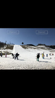 風景,空,建物,冬,スポーツ,雪,屋外,山,丘,都会,人,スキー,運動,ハイキング,スノーボード,斜面,ウィンタースポーツ,日中,テキスト,アイス スケート