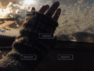 社内のガラスに触れる手袋の写真・画像素材[4064017]