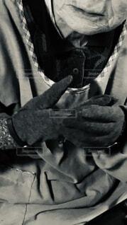 手袋をはめる祖母の写真・画像素材[4066094]
