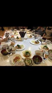 食べ物,食事,屋内,テーブル,皿,食器,レストラン,料理,パーティー,ダイニングテーブル,セット,大皿,晩餐,アラカルト食品,チッケッティ