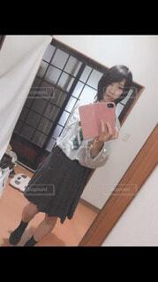 部屋で写真を撮る人の写真・画像素材[4104351]