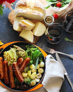 食べ物,朝食,テーブル,果物,皿,ボトル,サラダ,肉,夕食,ドリンク,ソーセージ,BBQ,おつまみ,春野菜,スパイス,ブルーチーズ,赤ワイン,マリアージュ,食材,ホームパーティー,ズッキーニ,ファストフード,ドイツ料理,宅飲み,フランクフルト,ニンジン,チョリソー,おうち飲み,イタリアンソーセージ,朝食用ソーセージ,ボロニアソーセージ,贅沢な食卓