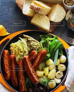 食べ物,テーブル,皿,肉,夕食,ドリンク,ソーセージ,BBQ,おつまみ,春野菜,スパイス,赤ワイン,マリアージュ,食材,ホームパーティー,ファストフード,ドイツ料理,宅飲み,フランクフルト,チョリソー,おうち飲み,イタリアンソーセージ,朝食用ソーセージ,贅沢な食卓