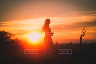 逆光夕日で人物撮影の写真・画像素材[4026584]