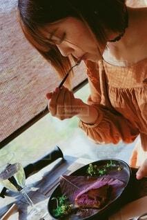 スイーツを食べる女性の写真・画像素材[4029937]