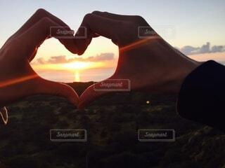恋人,海,空,屋外,太陽,朝日,雲,手,ハート,正月,お正月,ハワイ,日の出,新年,初日の出