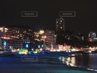 空,建物,夜,屋外,水面,都市,都会,高層ビル,港,明るい,スカイライン