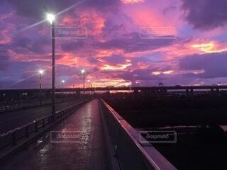 風景,空,夜,屋外,太陽,雲,夕暮れ,道路,暗い,高速道路,道,くもり,街路灯