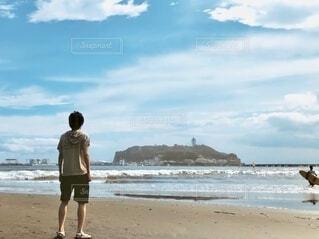 男性,自然,風景,海,空,屋外,砂,ビーチ,雲,後ろ姿,砂浜,水面,海岸,男,人,立つ,江ノ島,江の島,姿,えのしま