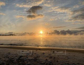 自然,風景,海,太陽,朝日,雲,砂浜,波,水平線,浜辺,お正月,日の出,初日の出,ご来光,毛嵐,気嵐