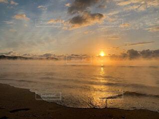 海,朝日,砂浜,波,浜辺,正月,お正月,日の出,新年,初日の出,ご来光,毛嵐,気嵐,2021