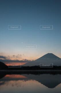自然,風景,空,富士山,湖,朝日,水面,山,景色,朝焼け,月,正月,三日月,お正月,日の出,ドライブ,新年,初日の出,冬空,逆さ富士,精進湖,土星,木星