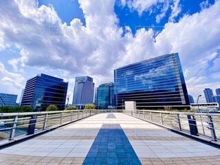 空,建物,夏,屋外,雲,晴れ,青空,清々しい,タワー,都会,オフィス,高層ビル,横浜,オフィス街,ビジネス,みなとみらい,爽快,アーキテクチャ