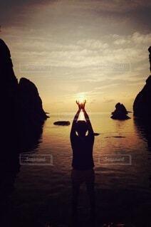 自然,海,空,屋外,太陽,雲,夕暮れ,水面,人,夕陽