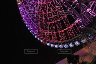 乗り物,夜,夜景,観覧車,イルミネーション,ゴンドラ,赤紫色,夜の輝く観覧車