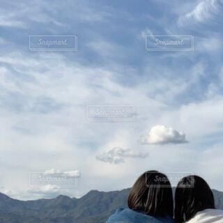 自然,空,屋外,雲,山,女の子,仲良し,人,おしゃべり,青春,友達,JK,日中