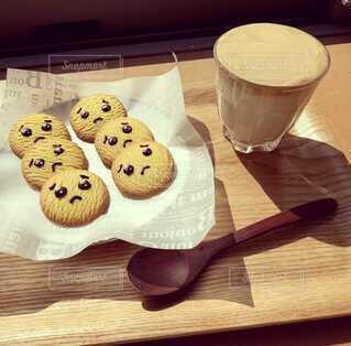 飲み物,コーヒー,デザート,おやつ,食器,顔,クッキー,カップ,おいしい,おうちカフェ,手作り,ドリンク,木目,菓子,木のスプーン,木のトレー,ダルゴナコーヒー