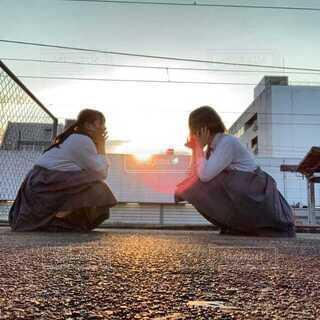 夕陽と高校生の写真・画像素材[4054993]