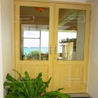 海のすぐそばに建つ宿の入り口のドアの写真・画像素材[4091070]