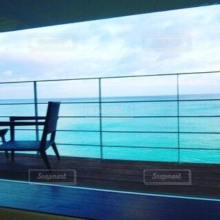 海辺の宿の部屋からの眺めの写真・画像素材[4095682]