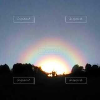 太陽の周りの虹の写真・画像素材[4112475]