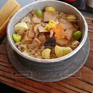 松茸と栗の釜めしの写真・画像素材[4840076]