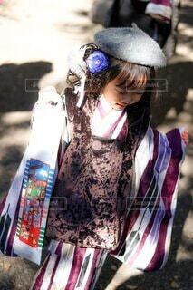 千歳飴で喜ぶ娘の写真・画像素材[4034072]