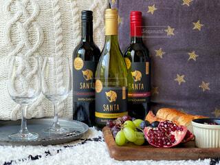 ワインボトルとフルーツの写真・画像素材[4325548]