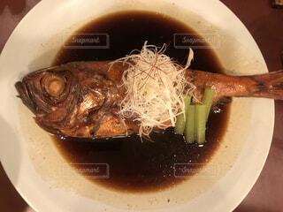 食べ物,食事,ディナー,野菜,皿,食器,料理,伊豆,旅館,金目鯛の煮付け,魚介類,温泉旅行,ソース,鯛,大皿,金目鯛,ボウル,付け合わせ
