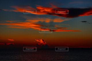 水の体に沈む夕日の写真・画像素材[977849]