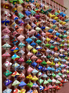 緑,赤,カラフル,青,壁,のれん,手作り,明るい,さわやか,カラー,紙,飾り,ビーズ
