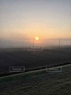 自然,風景,空,屋外,太陽,雲,静か,大空,霧,景色,朝,誓い,祈り,日の出,山並み,新年,初日の出,日中,おごそか