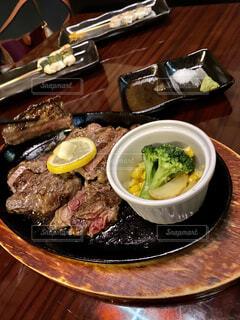 食べ物,食事,朝食,ディナー,屋内,テーブル,野菜,皿,ブロッコリー,レストラン,肉,料理,麺,牛肉,ステーキ,レア,鉄板,熱い,とうもろこし