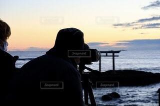 風景,空,屋外,ビーチ,鳥居,水面,人,日の出,カメラマン