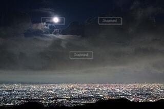 空,夜,夜景,屋外,雲,黒,街,都会,月,満月,月明かり