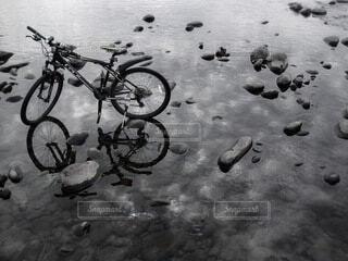 自然,自転車,屋外,水面,白黒,反射,リフレクション,石,ホイール,陸上車両,自転車のホイール
