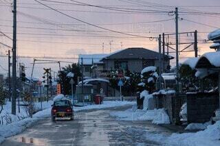 空,冬,雪,屋外,夕暮れ,車,暗い,家,電線,道,通り,冷たい,寂しい,帰り道,車両