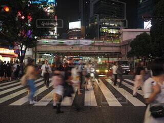 夜,屋外,道路,都会,人物,人,横断歩道,喧騒,車両,忙しい