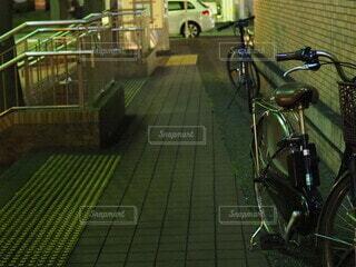 自転車,緑,床,タイヤ,車両,ホイール,スポーツ用品,陸上車両,自転車のホイール