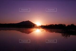 風景,空,屋外,湖,太陽,水面,山,反射,夜明け,日の出