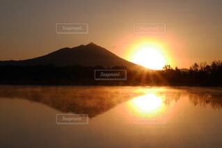 自然,風景,空,屋外,湖,太陽,朝日,水面,山,日の出
