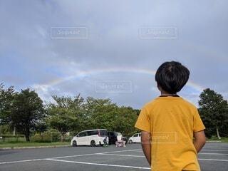 風景,空,屋外,後ろ姿,虹,道路,人,少年,男の子,若い,日中,つむじ