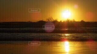 自然,海,空,太陽,朝日,赤,ビーチ,波,水面,オーストラリア,日の出,サーファーズパラダイス,波と朝日