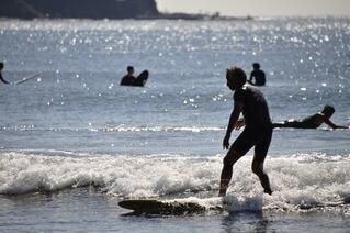 海,スポーツ,屋外,サーフィン,サーフボード,ビーチ,波,水面,人,マリンスポーツ