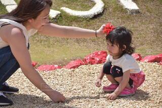 子ども,風景,屋外,少女,草,赤ちゃん,地面,幼児,遊び場,人間の顔