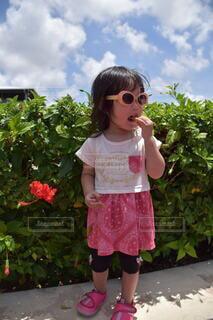 サングラスをかける少女の写真・画像素材[4045428]